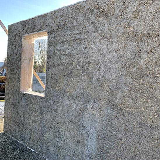 Façade extérieure d'un mur préfabriqué en béton de chanvre projeté - DévelGreen